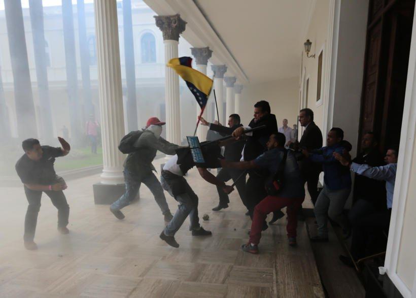 Venezuela gruppi paramilitari assaltano l 39 assemblea for Streaming parlamento